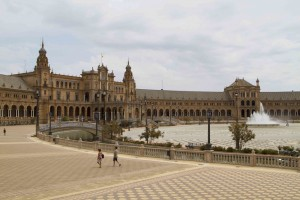 Taking a stroll around the Plaza de España in the Parque de María Luisa...