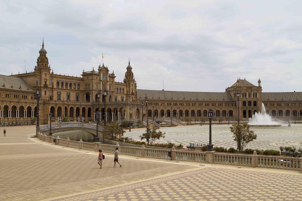 Taking a stroll around the Plaza de España in the Parque de María Luisa...